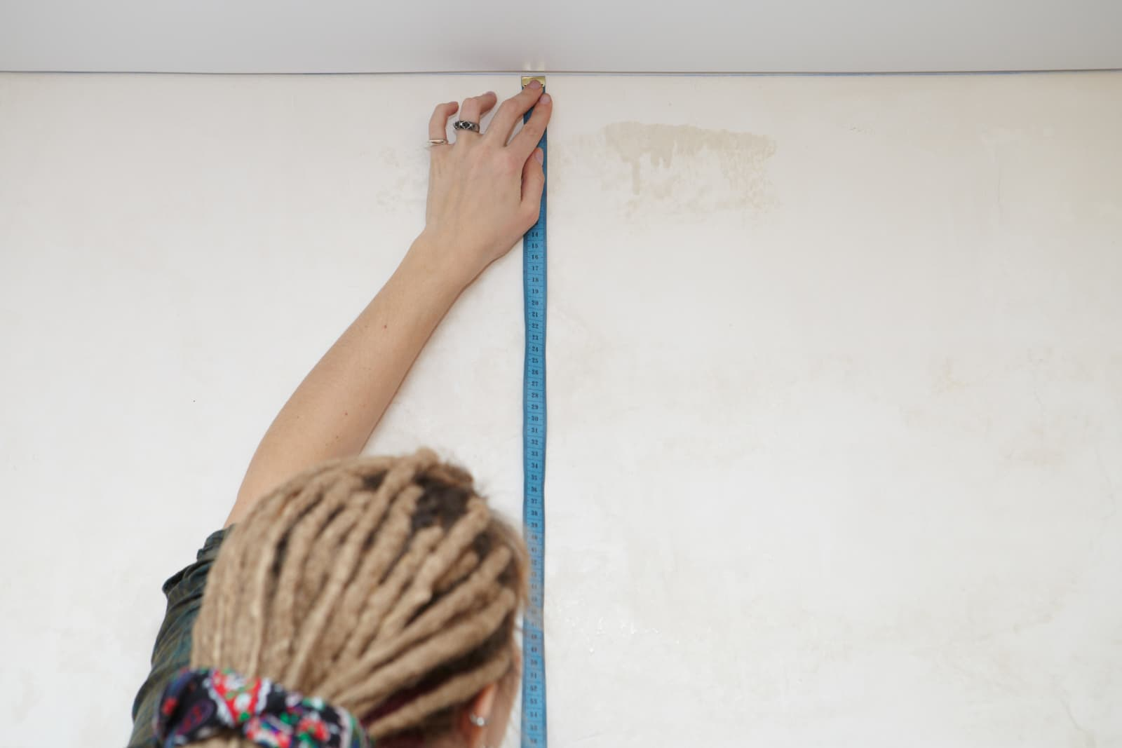 How to Measure Ceiling Height (4 Easy Steps)